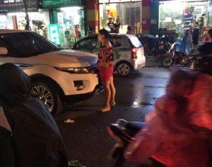Người vợ bất chấp mưa gió chặn đứng chặn đầu xe chồng gào khóc