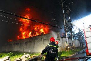 Sau nhiều giờ được PCCC nỗ lực dập lửa nhưng đám cháy vẫn bùng phát rất mạnh