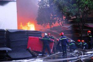 PCCC và người dân vẫn đang cố gắng nỗ lực dập lửa