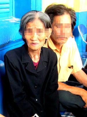Bà ngoại đau lòng trước hoàn cảnh và sự ra đi đau khổ của Hoa