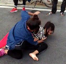 Hai nữ sinh của cùng một cơ sở giáo dục lao vào đánh nhau