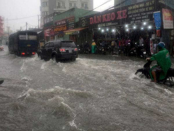 Sài Gòn ngập nặng do mưa lớn, thông báo ngày mai học sinh nghỉ học