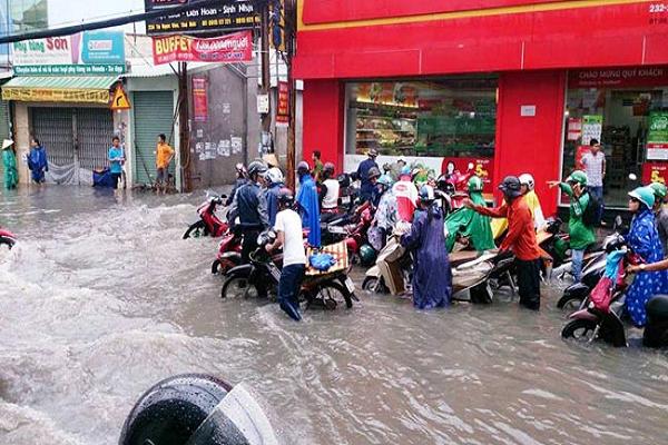 Sài Gòn ngập nặng ùn tắc đường do mưa lớn