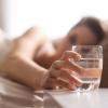Ngại uống nước - thói quen khiến chị em nhanh già